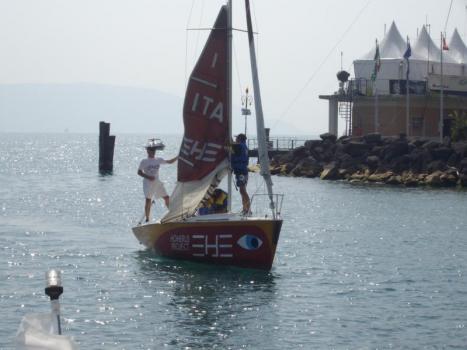 Ragazzi che rientrano in porto dopo la lezione di vela
