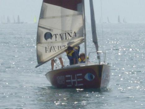 Ragazzi che navigano in barca a vela